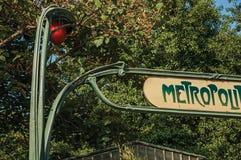 树和Nouveau称呼在地铁入口书面`大城市`在巴黎的曲拱细节 免版税库存图片