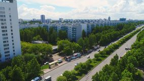 树围拢的宽大道横渡大城市 影视素材
