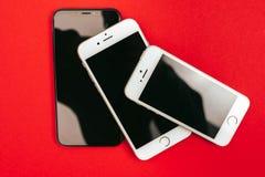 树在红色背景的苹果计算机iPhone的 免版税库存图片