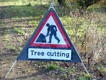 树在Chorleywood共同性的切口标志 免版税库存照片