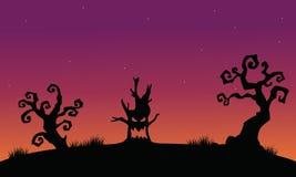 树妖怪万圣夜剪影背景 库存图片