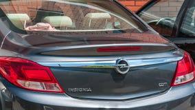树干和红色中止光与商标在新的欧宝权威汽车关闭 图库摄影