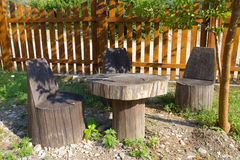 树干表和椅子  免版税库存照片