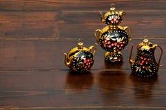 树戏弄当在木桌上的茶成套工具 免版税图库摄影