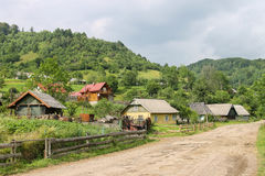 树木丛生的山倾斜的农村房子  carpathians 免版税库存图片