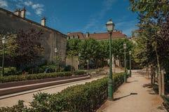 树木繁茂的庭院和公寓在晴朗的蓝天下在蒙马特在巴黎 库存图片