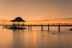树木繁茂的桥梁码头风景在日落之间的 夏天旅行 库存照片