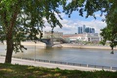 从树构筑的Rostovskaya堤防的莫斯科都市风景 图库摄影