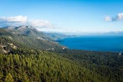 树桩、湖、云彩和雪 图库摄影