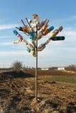 树由多彩多姿的塑料瓶制成 回收和废减少概念 库存图片