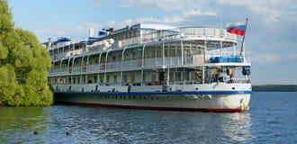 树甲板河巡航在河伏尔加河的客船 免版税库存图片