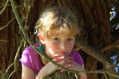 树的美丽的女孩 免版税库存图片