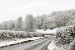 树篱斯诺伊领域围拢的被排行的国家车道在冬天, Penn,白金汉郡,英国,英国 免版税库存图片