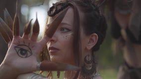 树精或森林神仙的手有被绘的眼睛的在跳舞和盖面孔的棕榈和错误爪 古老仪式 股票录像