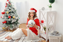 树背景的妇女圣诞老人  免版税图库摄影