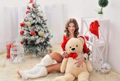 树背景的妇女圣诞老人  免版税库存图片
