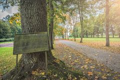 树胡同的图片有一个木标志的在入口 免版税图库摄影