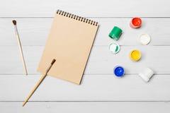 树胶水彩画颜料水彩油漆 在纸的图画油漆刷 免版税库存照片