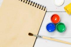 树胶水彩画颜料水彩油漆 在纸的图画油漆刷 免版税库存图片