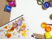 树胶水彩画颜料和画笔谎言在纸 库存图片