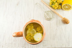 椴树茶与鲜花和柠檬的 免版税库存图片