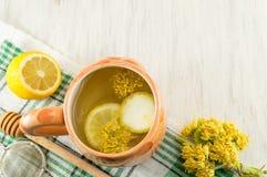 椴树茶与鲜花和柠檬的 图库摄影