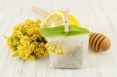 椴树茶与鲜花和柠檬的 免版税图库摄影