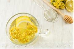 椴树茶与鲜花和柠檬的 库存图片