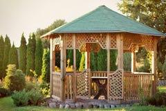 树荫处在一个美丽的夏天公园 免版税库存照片