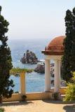 树荫处在地中海的一个庭院里 免版税库存照片