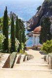 树荫处在地中海的一个庭院里 库存照片