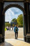 树荫处在庭院里,美泉宫在维也纳,奥地利 免版税库存图片
