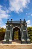 树荫处在庭院里,美泉宫在维也纳,奥地利 库存照片