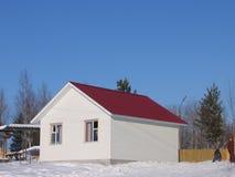 树荫处房子西伯利亚冬天 免版税图库摄影