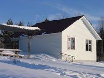 树荫处房子西伯利亚冬天 库存图片