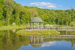 树荫处被反射的平稳的水 库存图片