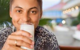 树荫处饮用的牛乳气酒人手段开会 免版税图库摄影