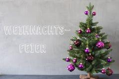 树,水泥墙壁, Weihnachtsfeier意味圣诞晚会 图库摄影