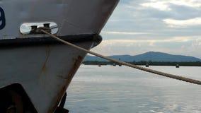 栓下来通过停泊绳索 白色船弓  影视素材