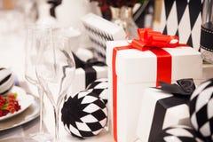 栓与典雅的红色丝带和美妙地装饰的白色礼物盒 图库摄影
