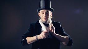 栓和解开在他的脖子的魔术师的慢动作英尺长度一条围巾 影视素材