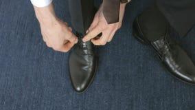 栓在地板上的商人鞋带 股票录像