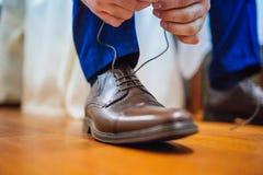 栓在婚礼前的鞋子 免版税库存图片