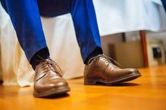 栓在婚礼前的鞋子 库存图片