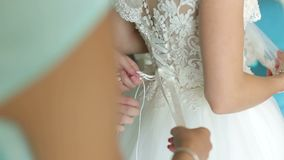 栓在婚礼礼服的女傧相弓 新娘的准备 影视素材