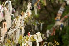 栓在树的运气丝带 免版税库存图片