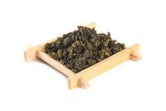 栓在竹服务盘子的观世音菩萨Oolong茶 免版税图库摄影