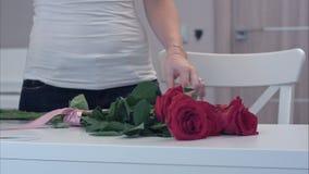 栓在红色玫瑰花束的少妇一把丝带弓 股票视频