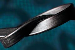 栓在结,在蓝色背景的被缠结的导线宏指令 免版税库存照片