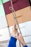 栓在蜂窝条板箱的蜂农的手绳索 免版税库存图片